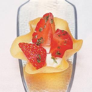 """Hippen sind zwar nicht einfach zu backen, aber das ideale """"Körbchen"""" für so eine königliche Frucht wie die Erdbeere. Zum Rezept: Erdbeer-Hippen"""