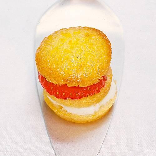 Die Mini-Muffins mit Erdbeer-Joghurt-Füllung sind einfach entzückend - das i-Tüpfelchen auf jeder Kaffeetafel. Zum Rezept: Mini-Törtchen mit Erdbeeren gefüllt