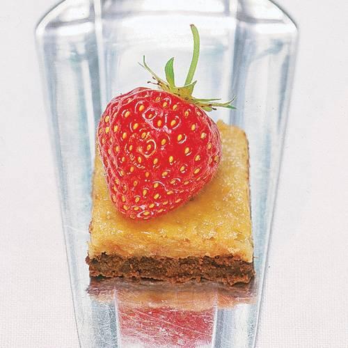 Schokoladen-Karamellgebäck mit einer knackigen rote Erdbeere obendrauf, das ist doch wirklich eine gelungene Kombination und schnell als Häppchen im Mund verschwunden. Zum Rezept: Schoko-Karamell mit Erdbeer-Deko