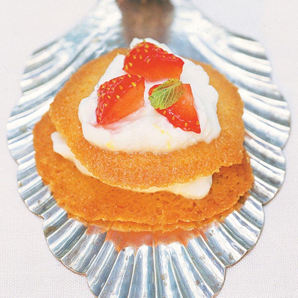 Die Waffeln, gefüllt mit Ricotta und Erdbeeren, sind eine tolle Abwechslung zu all den gewöhnlichen Erdbeertörtchen. Zum Rezept: Gefüllte Honigwaffeln mit Erdbeeren