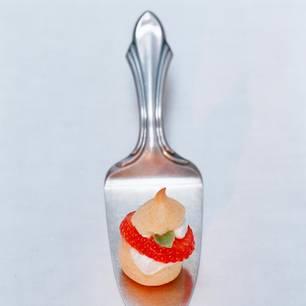 Mini-Windbeutel mit Erdbeeren und Basilikum