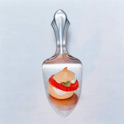 Luftig leckere Windbeutel, gefüllt mit Sahne und Erdbeeren - einfach nur himmlisch! Zum Rezept: Mini-Windbeutel mit Erdbeeren und Basilikum