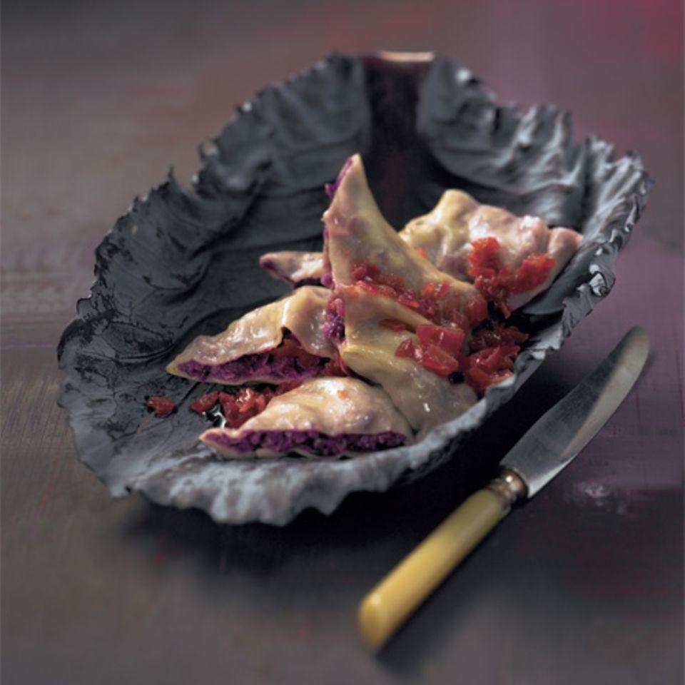 Die Maultaschen sind gefüllt mit Fleischbrät, Brot und feinen Gewürzen. Gekrönt werden sie mit Essig-Schalotten. Zum Rezept: Rotkohl-Maultaschen