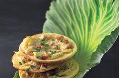 Wir interpretieren den Flammkuchen neu: Zu Speck und Schnittlauch gesellt sich Sauerkraut, wodurch das Gericht ein pfälzisches Aroma bekommt. Zum Rezept: Sauerkraut-Flammkuchen