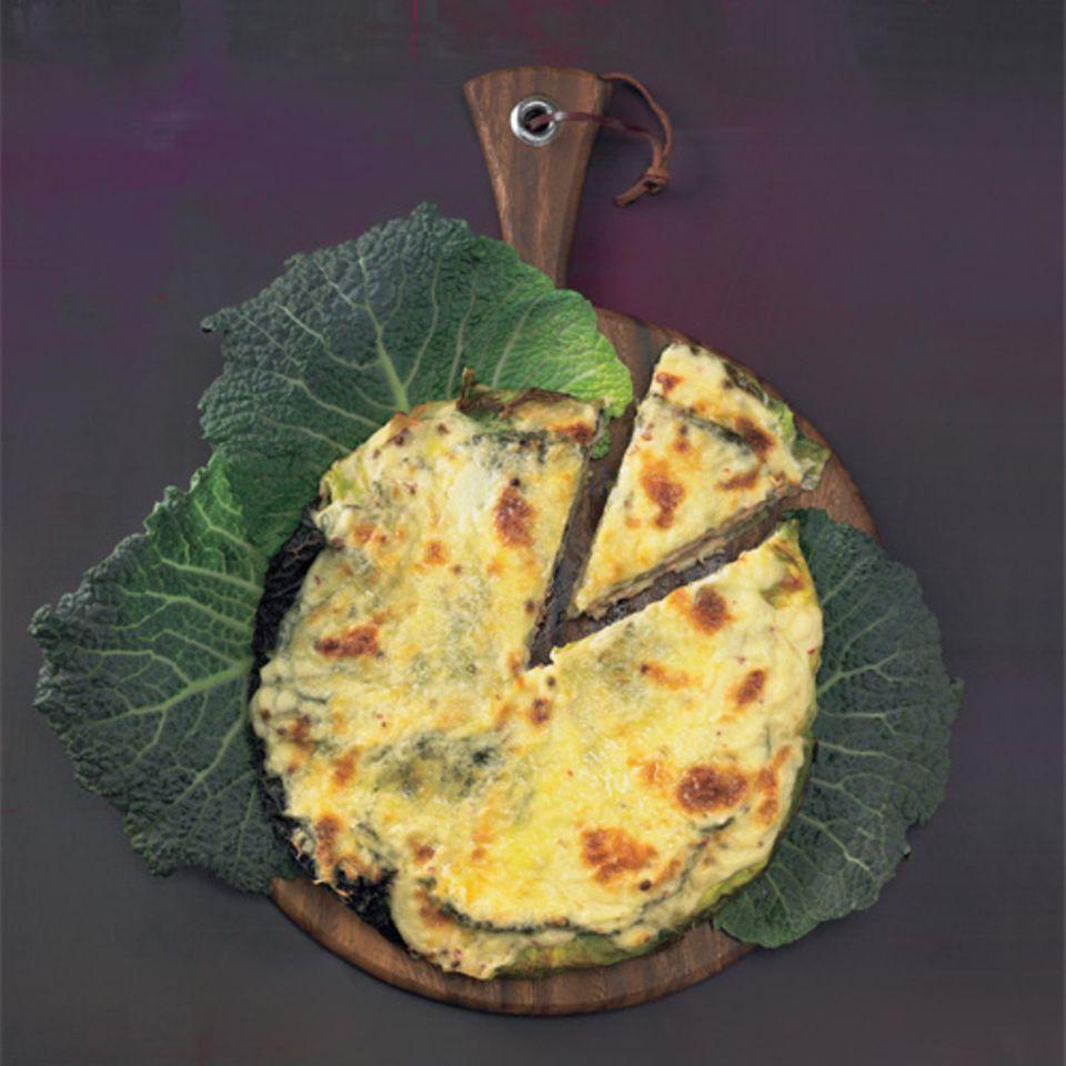 Schichtwechsel für den krausen Wirsing! Béchamelsoße und Käse sind klassische Begleiter.Zum Rezept: Wirsing-Lasagne mit Lachs