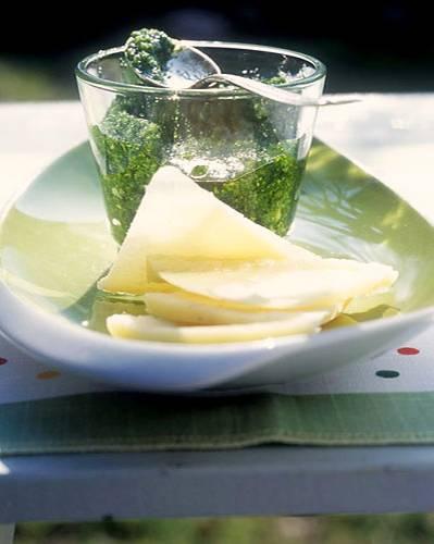 So wird sogar der empfindliche Bärlauch haltbar: im Pesto mit Mandeln und Olivenöl. Dazu schmeckt Parmesan. Zum Rezept: Bärlauch-Pesto