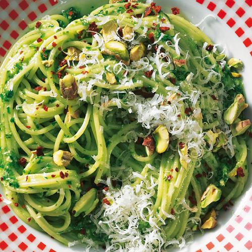 Jetzt ist die beste Zeit für frische Kräuter! Wir genießen sie mit einem Pesto aus Bärlauch, Sauerampfer, Petersilie und Pistazien. Zum Rezept: Spaghetti mit Kräuter-Pesto