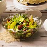 Fruchtig mit Apfel. Zünftig mit knusprigen Brezel-Stücken. Scharf mit Wasabi (japanischer Meerrettich) in der Vinaigrette. Zum Rezept: Brot-Salat