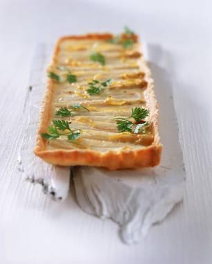 Spargeltarte mit Ziegenkäse und geriebener Zitrone
