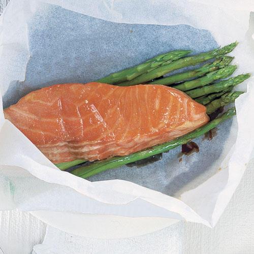 Spargel-Päckchen mit Lachs und Wasabi