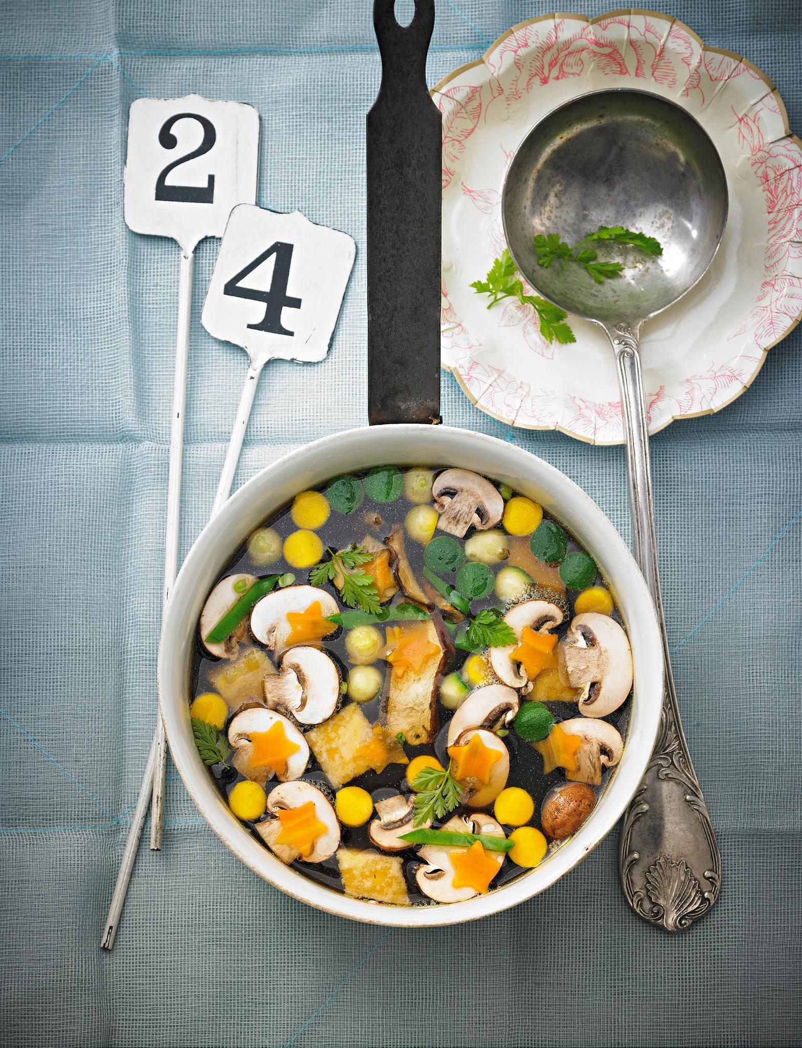 Der ideale Auftakt für ein Veggie-Menü. Für alle, die eine leichte Vorspeise möchten und Eierstich als Einlage genauso großartig finden wie wir. Zum Rezept: Klare Gemüse-Pilz-Suppe