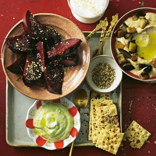Rote-Bete-Salat, Sesam-Cracker, Auberginen-Hummus, Avocado-Dip: Orientalische Vorspeisen kommen nie allein auf den Tisch. Die Zatar-Gewürzmischung im Schälchen haben wir u. a. aus Sesamsaat und Thymian gemacht - sie können sie z. B. auch in Salat oder mit etwas Olivenöl gemischt auf Fladenbrot geben. Zum Rezept: 4 x Mezze