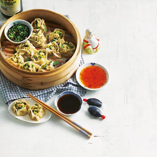 Dim Sum sind kleine gedämpfte Teigtaschen - eine Spezialität aus der kantonesischen Küche. Mit diesem Rezept schmecken sie wie vom Chinesen - als Vorspeise für ein asiatisches Menü oder als Snack mit Freunden. Am besten gleich die doppelte Menge zubereiten und einen Teil einfrieren.  Zum Rezept: Dim Sum