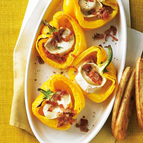 Aus frischer Paprika, Frühstücksspeck und Ziegenkäse wird eine leckere und raffinierte Vorspeise. Der Honig sorgt für den letzten Pfiff. Zum Rezept: Paprikaschälchen mit Ziegenkäsefüllung