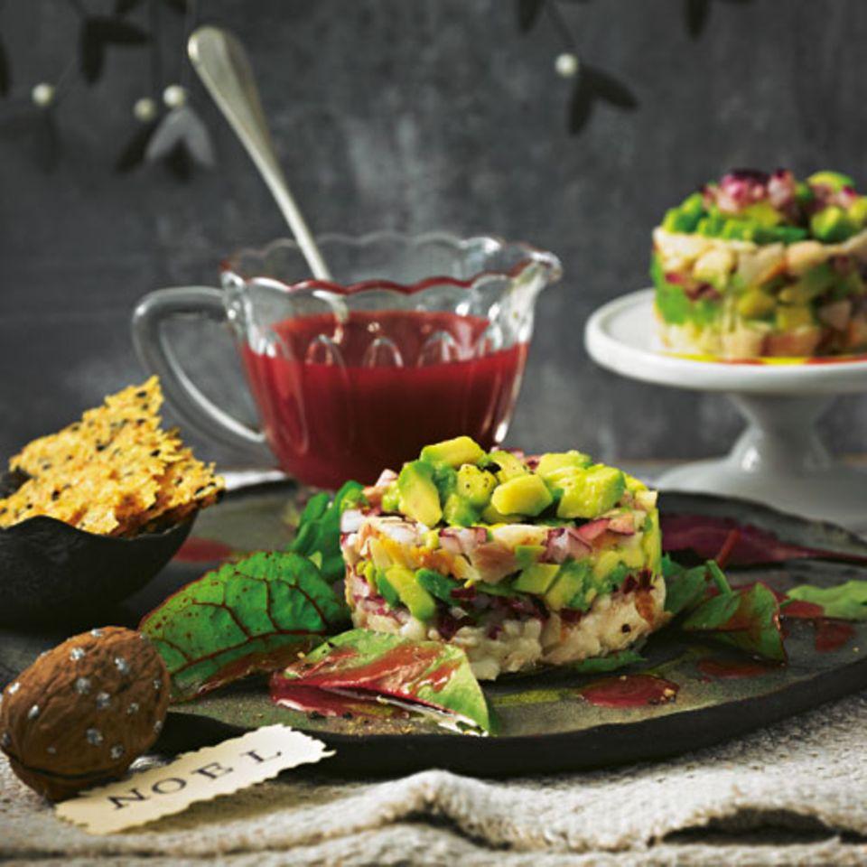 Schmeichelt unserem Hauptgang - und kommt in Begleitung einer scharfen Granatapfelsoße auf den Tisch. Die Cracker können Sie auch als knuspriges Extra zur Gemüse-Pilz-Suppe servieren. Zum Rezept: Forellen-Avocado-Tatar mit Käse-Crackern