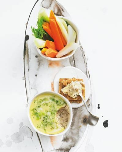 Mit Fenchel und Wermut: so geht französische Raffinesse. Perfekte Begleiter zur Forellen-Rillette: Knäckebrot und Gemüse. Zum Rezept: Forellen-Rillette