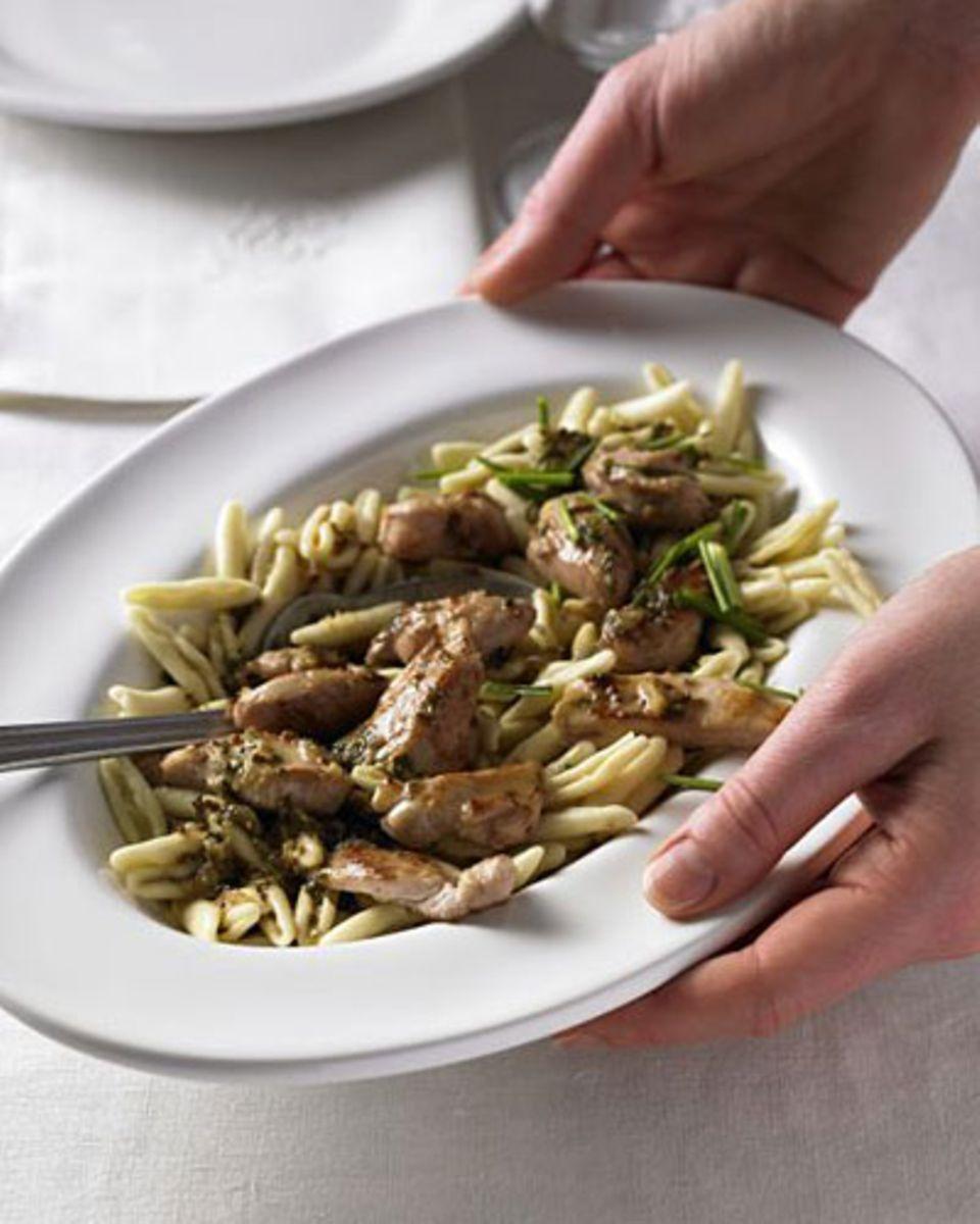 Kaninchenfleisch schmeckt nicht nur ausgesprochen gut, es enthält auch viel Eiweiß und wenig Fett. Für das Senf-Kaninchen nehmen wir den Rücken oder die Keule vom Kaninchen. Dazu gibt es Cicatellini-Nudeln. Zum Rezept: Pasta mit Senf-Kaninchen