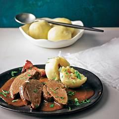 Damit das Reh seine stilechte Note bekommt, badet es mit Gemüse und Gewürzen für mindestens zwölf Stunden in einer Marinade aus Rotwein, Essig und Wasser.  Zum Rezept: Reh-Sauerbraten  Zum Rezept: Kartoffelknödel