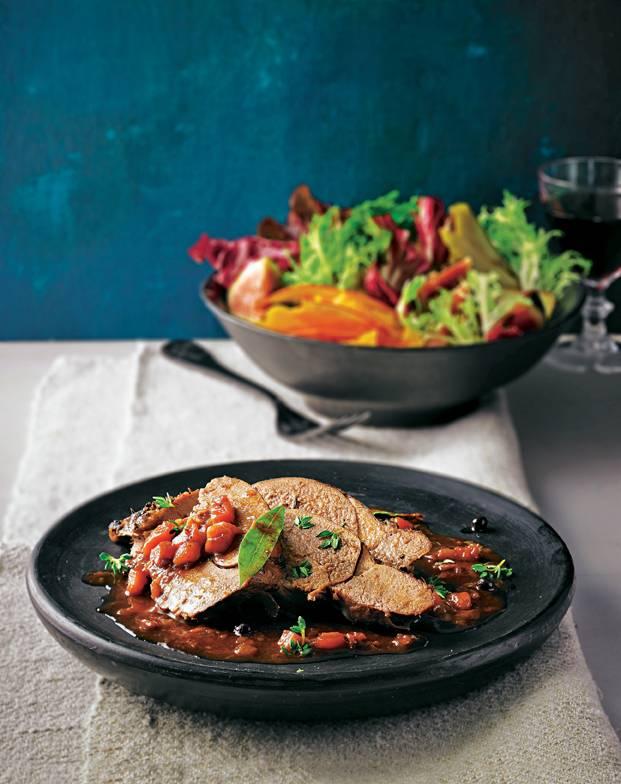 Zum Rotwein-Schmorfond gibt unser Küchenchef ? unter anderem ? noch einige Löffel Holunderbeersaft. Das Ergebnis: eine Soße, in die man sich reinsetzen möchte. Geschmorte Rehkeule mit Herbstsalat