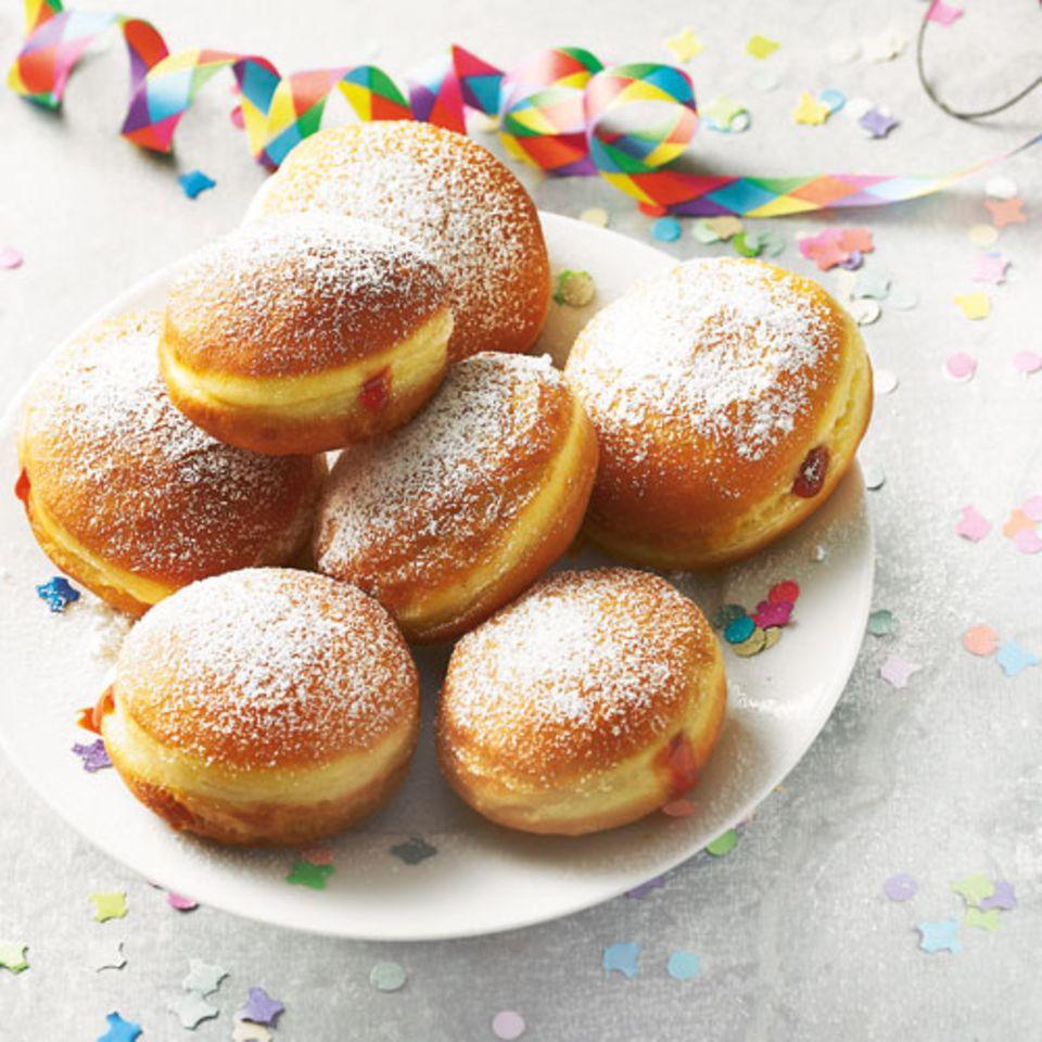 Gehören in vielen Teilen Deutschlands zum Start ins neue Jahr dazu: Berliner. Oder auch Krapfen oder Pfannkuchen genannt. Zu unserem Berliner-Rezept