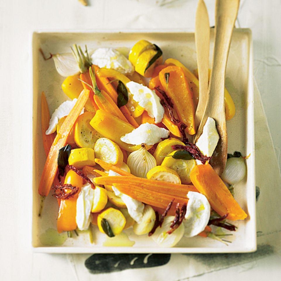 Mit Gemüse geht es frisch und gesund ins neue Jahr - hier in der Version als Antipasti mit Büffel-Mozzarella. Zum Rezept: Gemüse-Antipasti