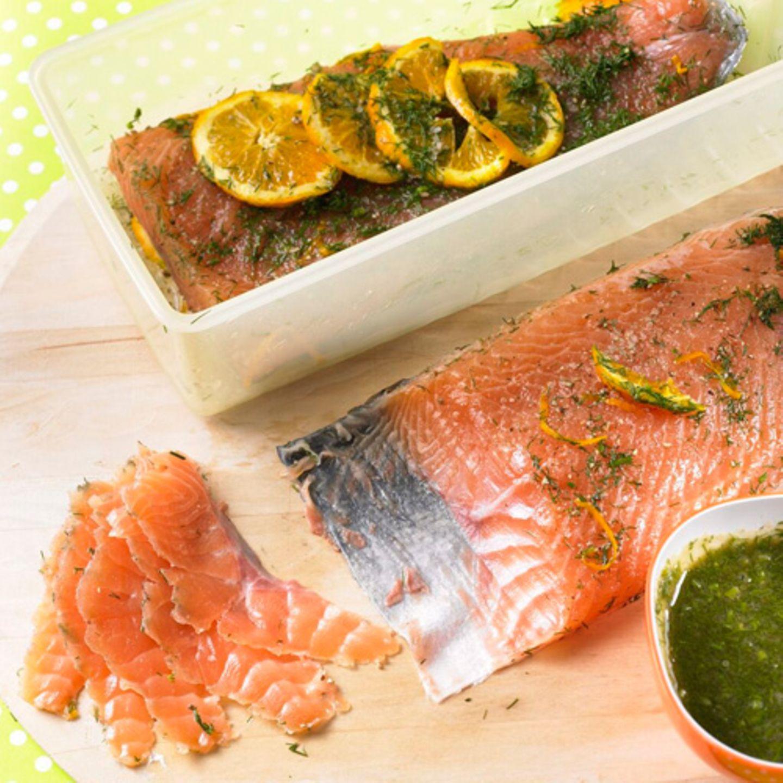 """Graved Lachs, das ist dänisch und bedeutet so viel wie """"eingegrabener Lachs"""". Bei unserem Rezept müssen Sie den Lachs nicht vergraben, sondern nur zwei Tage mit Dill und Orangen marinieren. Dazu gibt's Honig-Senf-Soße. Zum Rezept: Graved Lachs"""