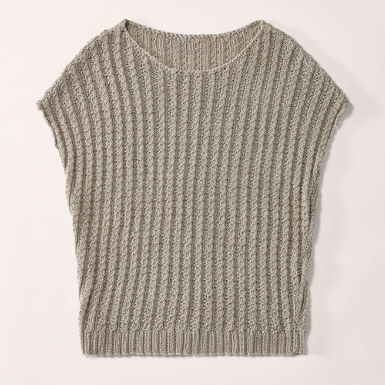 Zopfpullunder mit überschnittenen Schultern, gestrickt aus sommerlicher Baumwolle von Lana Grossa. Hier könnt ihr das Wollpaket für den Zopfpullunder mit überschnittenen Schultern bestellen, ab 31,50 Euro.