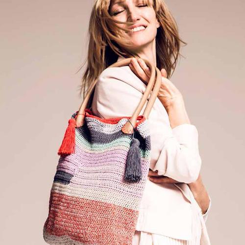 Häkeltasche aus glänzendem Baumwollmix. Wolle von Lang Yarns. Hier könnt ihr das Wollpaket für die Häkeltasche bestellen für 80,40 Euro.