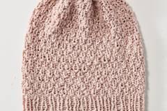 Beanie heißt Bohne und ist die Mütze der Saison. Wolle von Lana Grossa. Hier könnt ihr das Wollpaket für die Sommermütze-Beanie bestellen für 11,90 Euro.