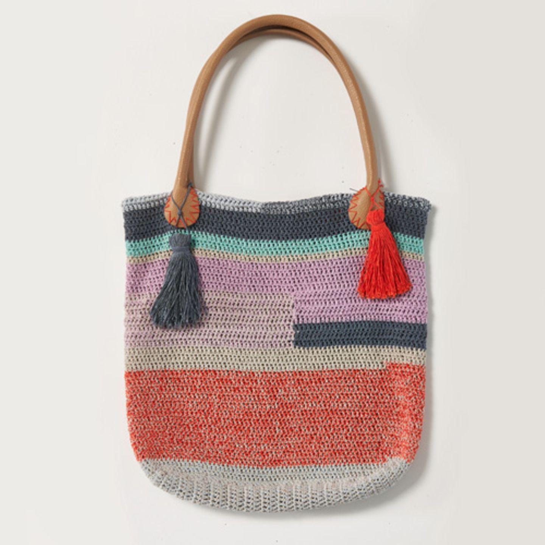 Häkeltasche aus glänzendem Baumwollmix. Wolle von Lang Yarns. Hier könnt ihr das Wollpaket für die Sommertasche bestellen für 80,40 Euro.