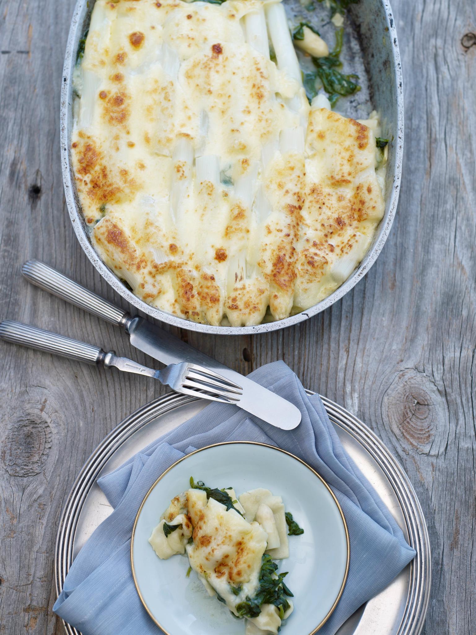 Lasagne mit Spargel - wer braucht da noch Hack oder Tomaten? Stattdessen kommen noch Spinat und Béchamel unter die Käsehaube. Zum Rezept: Spargel-Lasagne