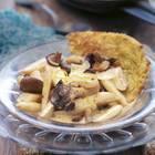 Wir fangen jetzt schon an, uns auf die Spargelzeit zu freuen - dann gibt's diese köstliche Kombination aus Spargel, Pilzen, sahniger Soße und knusprigem Rösti. Fleisch? Brauchen wir heute nicht! Zum Rezept: Spargel-Geschnetzeltes mit Rösti