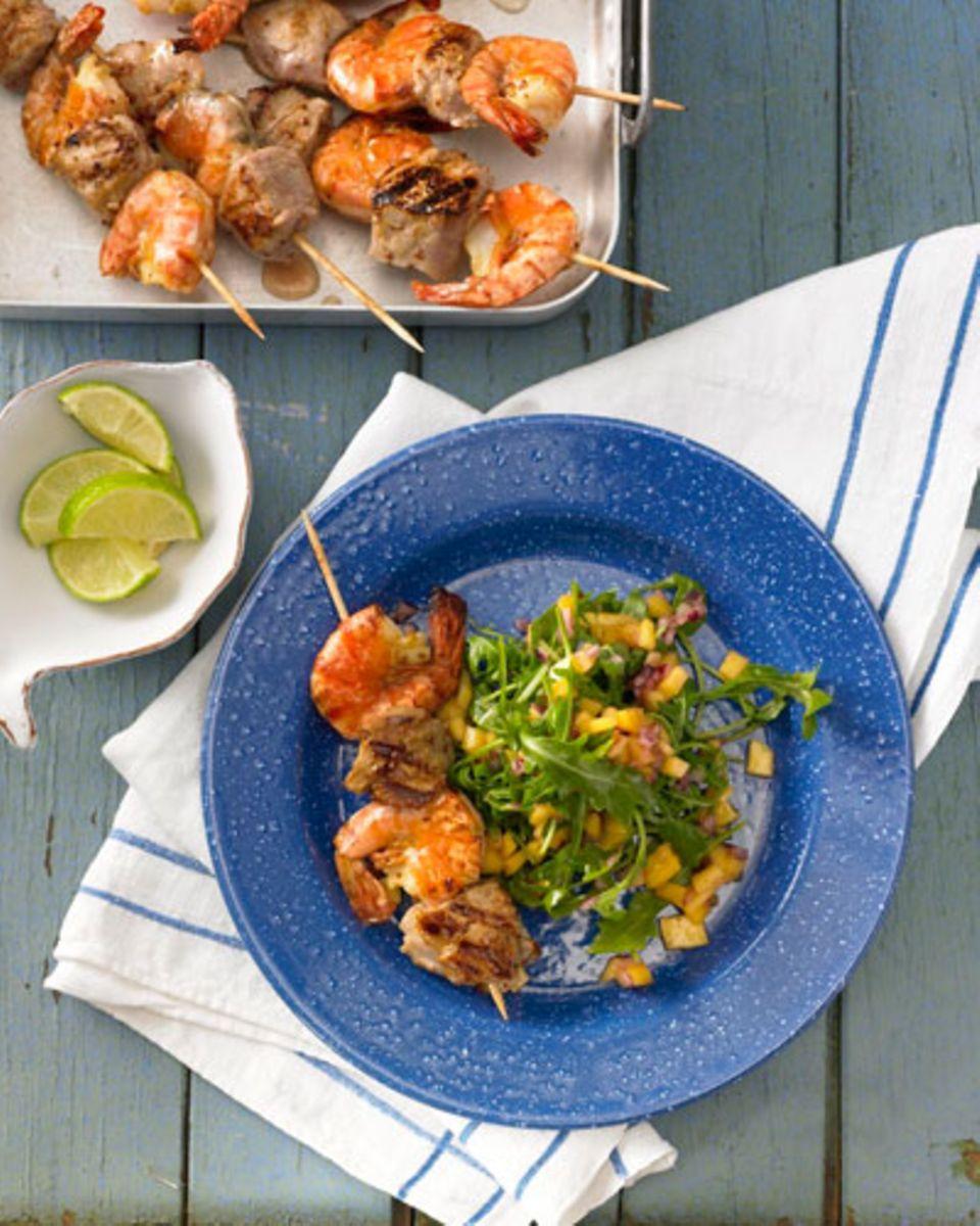 Tropische Süße trifft auf die Frische des Ozeans. Das klingt verlockend? Dann grillt ihr Gambas, reichen scharf-süße Mango-Salsa dazu und der entspannte Abend kann kommen. Zum Rezept: Garnelen-Filetspieße mit Mango-Salsa