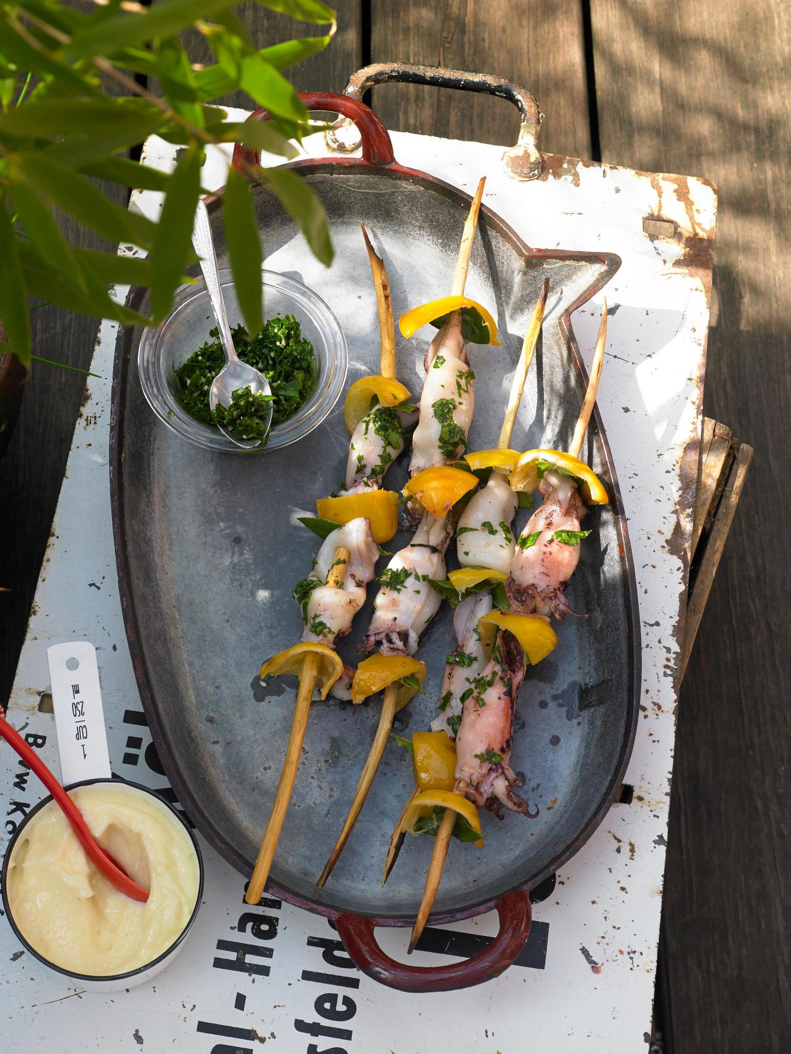 So macht Grillen Spaß! Die kleinen Tintenfische werden exotisch gewürzt: mit eingelegten Salzzitronen und Petersilien-Zitronen-Marinade. Am besten auf geölter Alufolie grillen - in nicht mal zehn Minuten sind sie fertig. Zum Rezept: Tintenfisch-Spieße