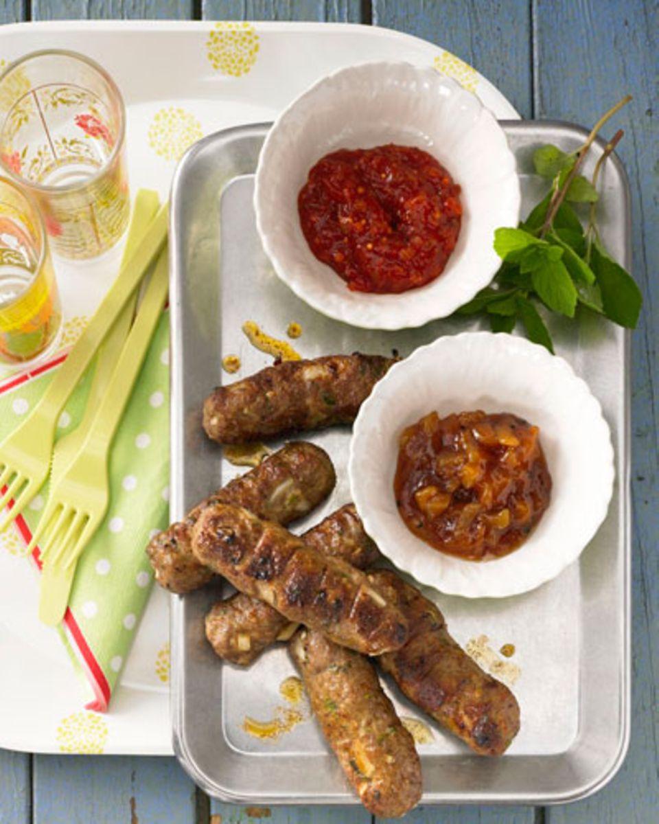 Fleisch und Minze passen toll zusammen: Die Minze macht das Fleisch schön frisch. Unsere würzigen Minz-Röllchen, abgeschmeckt mit Harissa und Kreuzkümmel, solltet ihr euch daher bei der nächsten Grillparty nicht entgehen lassen. Würzige Minz-Röllchen