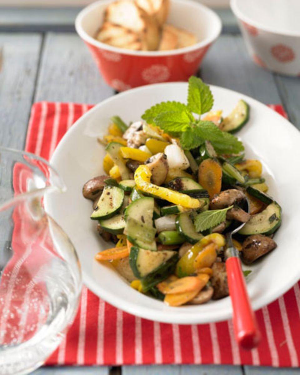 Der Mix aus Champignons, Zucchini, Möhren, Paprika und Lauchzwiebeln gelingt in der Pfanne oder auf der Grillplatte, ist gesund und lässt sich super vorbereiten - da freuen sich nicht nur eure Kinder! Zum Rezept: Ranchgemüse