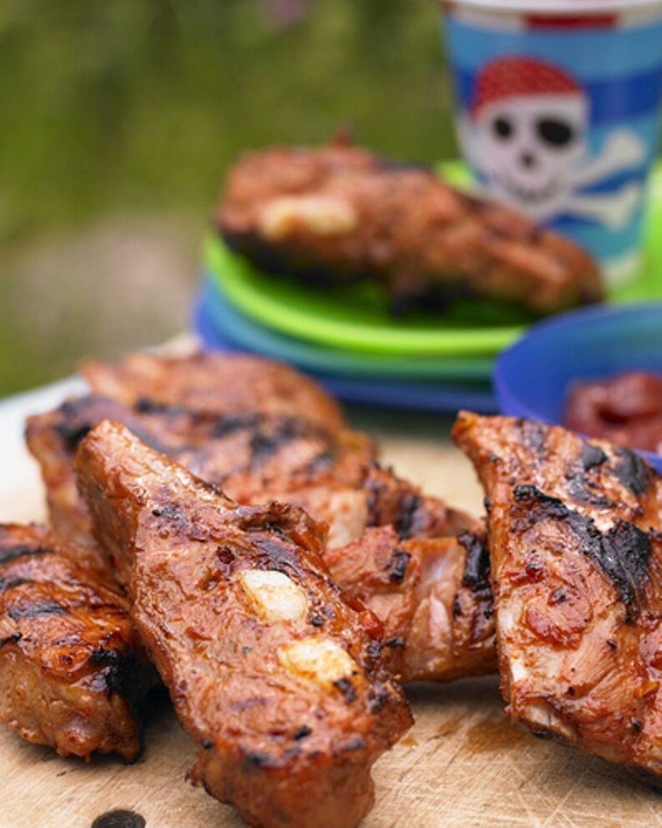 Barbecue wie in den USA - mit süß-scharf marinierten Spare Ribs! Nicht nur Kinder lieben es, das Fleisch von den Knochen zu knabbern. Auf Grillpartys dürfen Spareribs deshalb inzwischen nicht mehr fehlen. Zum Rezept: Barbecue-Rippchen