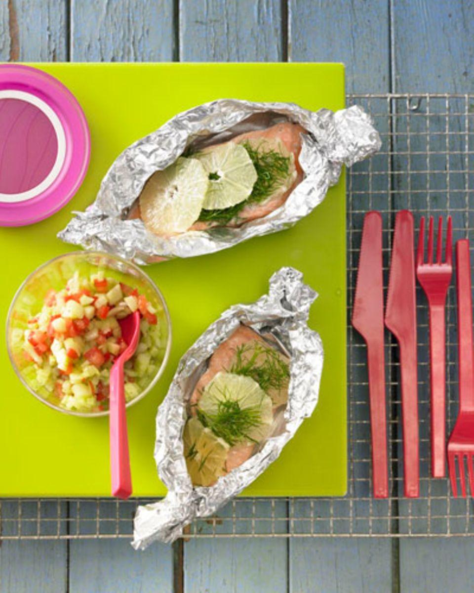 Direkt aus dem Meer zur Grillparty: Lachssteaks! Sie garen sanft im Alu-Schiffchen und nehmen so jede Menge köstlicher Aromen an. Zum Rezept: Lachssteaks aus der Folie mit Gurken-Vinaigrette