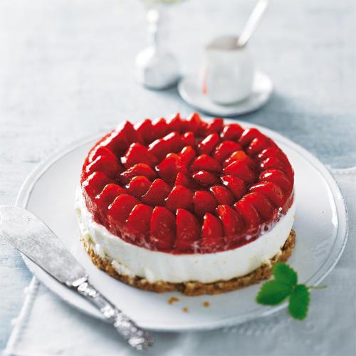 Wir frischen die Erdbeertorte mit neuen Ideen auf: Erdbeeren werden kombiniert mit knusprigem Bröselboden und zarter Frischkäsecreme. Außerdem hat die Torte ein süßes Geheimnis: Holunderblütensirup sorgt für den feinen Geschmack. Zum Rezept: Erdbeertorte mit Holundercreme