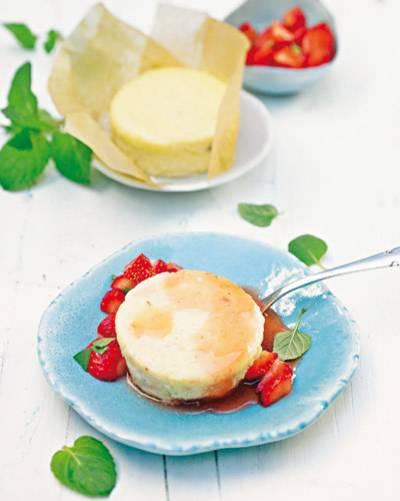 Die rot-grüne Koalition von Süße und frischer Leichtigkeit umschmeichelt die Mascarpone-Vanille-Küchlein auf s Köstlichste. Zum Rezept: Käseküchlein mit Erdbeer-Minze-Salat