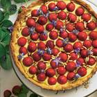 Hier kommen Mürbeteig, Mascarpone-Vanille-Creme und Beeren fein zusammen. Fürs Knackige sorgen Pinienkerne, Borretschblüten fürs gewisse Frische-Extra. Zum Rezept: Erdbeertarte