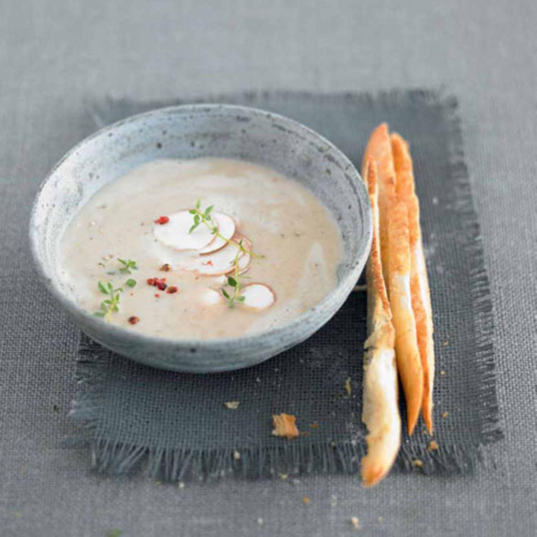 Der Suppen-Klassiker kommt bei uns mit weniger Fett daher: Wir verwenden Kaffeesahne statt Schlagsahne. Duftender Thymian und Steinpilze geben der Creme eine besondere Note. Zum Rezept: Champignoncremesuppe