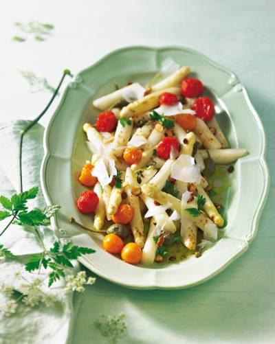 Kombiniert mit Ofentomaten in würzigem Fenchel-Koriander-Öl - schmeckt auch als vegetarische Vorspeise oder lauwarmer Salat. Zum Rezept: Gebratener Spargel