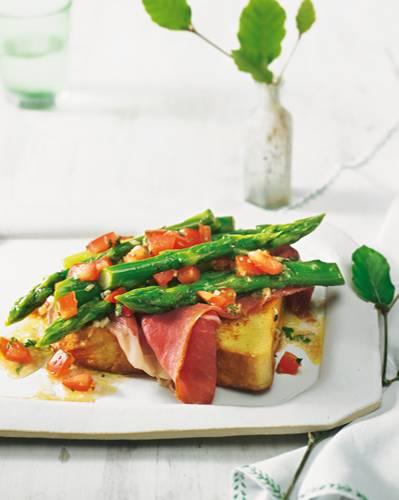 Knackiger Spargel und geräucherter Schinken auf knusprig gebratenem Brot. Dazu ein Topping aus Tomatenstückchen und frischen Kräutern - ideal als kleines Abendessen oder Snack für zwischendurch. Zum Rezept: Spargel mit French Toast