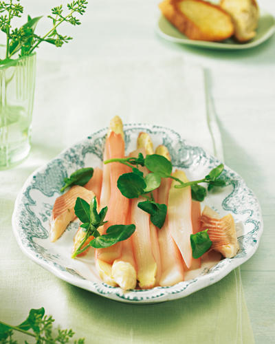 Karamellisierter Zucker, Essig und Grenadine-Sirup geben dem Gemüse das ganz gewisse Etwas, fürs Herzhafte sorgt Räucherforellen-Filet. Zum Rezept: Süß-saurer Spargel