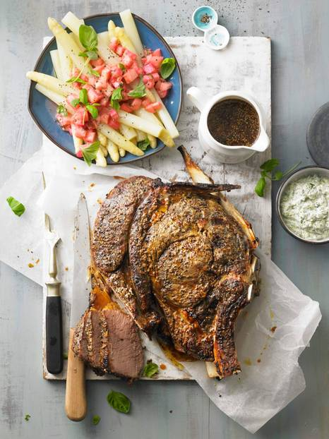 Ein echtes Aroma-Abenteuer: Beim Fleisch erübrigt die Senfkruste Salz und Pfeffer. Knoblauch, Thymian und Konfitüre würzen die Spargel-Rhabarber-Komposition. Zum Rezept: Hochrippe mit Rhabarber-Spargel-Gemüse