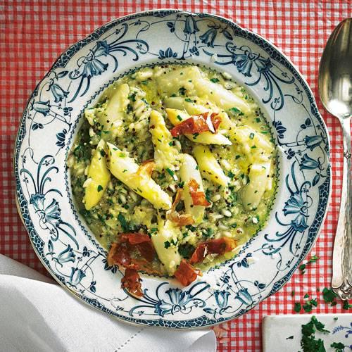Cremig, wie es sein muss - aber mit Knusper-Topping aus geröstetem Pancetta, würzigem italienischen Schweinebauchspeck. Zum Rezept: Spargel-Risotto mit knusprigem Pancetta