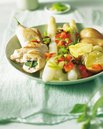Frühling auf Italienisch mit gebratener Hähnchenbrust, Salbei und Pistazienbutter - ein feines leichtes Rezept, ideal auch für Gäste. Zum Rezept: Spargel mit Saltimbocca