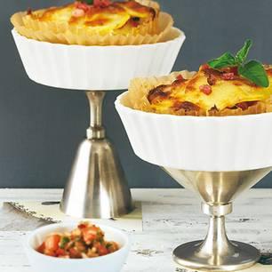 Sie kommen wie kleine Kartoffelgratins daher, der Speck gibt eine schöne Rauchnote, und die Tomaten-Salsa macht's fruchtig-frisch. Toll fürs Buffet, als Vorspeise, als Beilage zu Rindermedaillons - und Kinder werden die knusprigen Törtchen lieben. Zum Rezept: Kartoffeltörtchen mit Tomaten-Salsa
