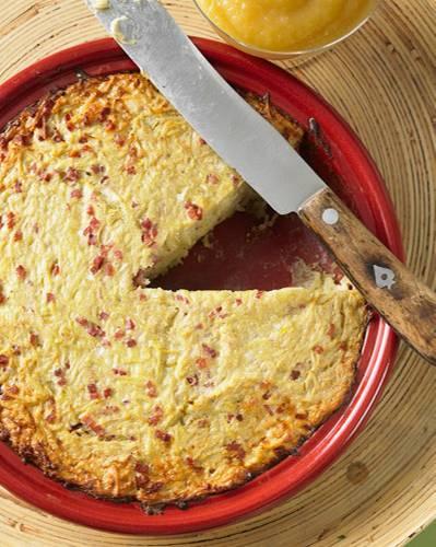 Der rheinische Kartoffelkuchen ist einem Kartoffelpuffer gar nicht so unähnlich. Er wird aber nicht in der Pfanne gebraten, sondern gart im Ofen - das ist viel entspannter. Zum Rezept: Rheinischer Kartoffelkuchen